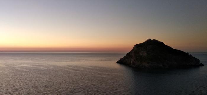 Isola di Bergeggi pronta a salutare il nuovo giorno - 13 settembre ore. 6.46 - (Ph: Marta Berta)