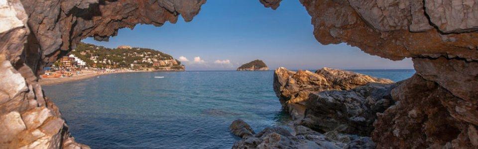 L'isola di Bergeggi incorniciata (Ph: Franco Galatolo)